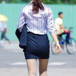 街中でヒップラインを強調してるOLのタイトスカートお尻エロ画像