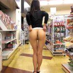 露出狂が人いる店内でスリル満載のお尻丸出し楽しむ野外露出エロ画像