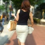働くお姉さんのタイトスカートが透けパンしてる街撮りお尻エロ画像