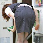 働くOLお姉さんの前かがんで突き出したタイトスカートお尻エロ画像