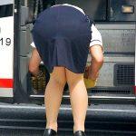観光バスに乗る女性乗務員の突き出したタイトスカートお尻エロ画像