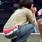 子連れ人妻熟女の腰パンチラを背後から激写したハミパンお尻エロ画像