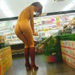 素人変態女がお店の中で客の目を盗んでお尻を露出する野外エロ画像