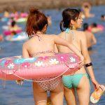 海水浴場やプールではしゃぐ水着ギャルの尻軽なビキニお尻エロ画像